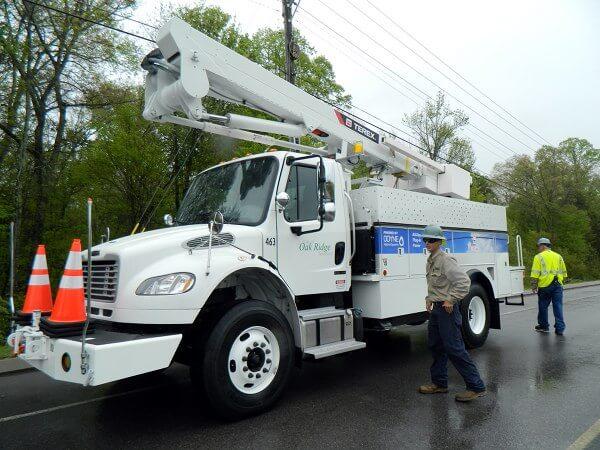 Hybrid bucket truck